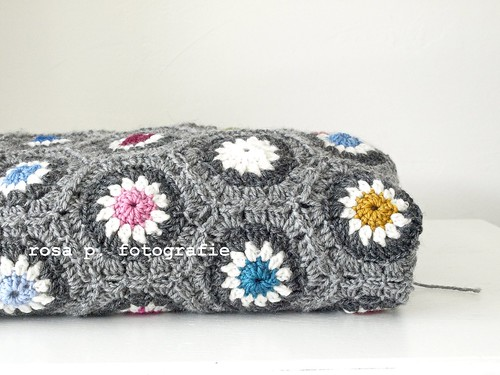 All About Rosas Grey Hexagon Blanket Rosa P