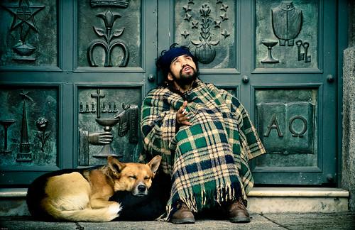 フリー写真素材, 人物, 男性, 犬・イヌ, 見上げる, 寝顔・寝ている, チリ人,