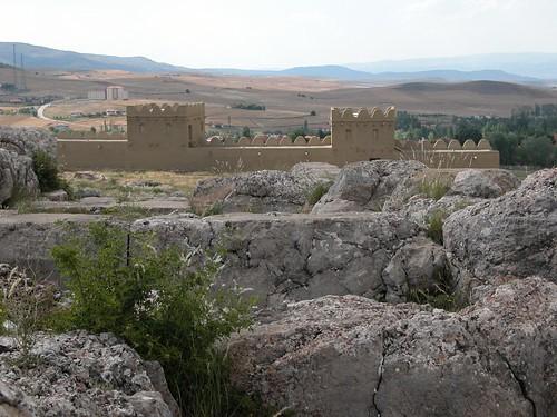 DSCN0906 Hattusas, vue vers la porte reconstituée