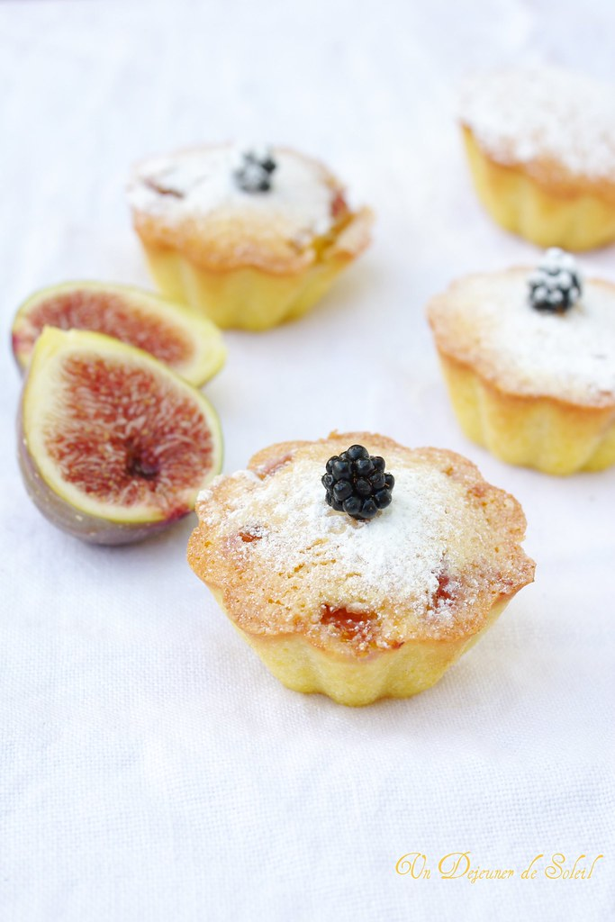 Torta paradiso with figs and blackberries