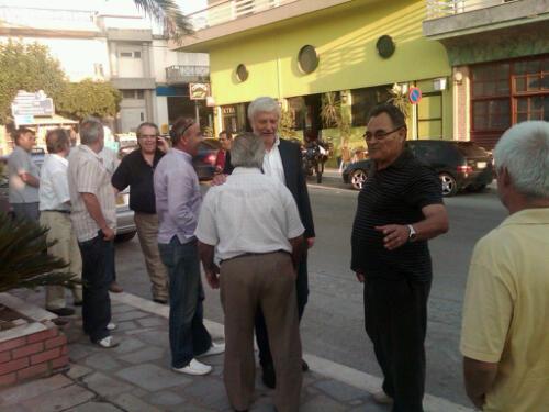 Ο Πέτρος Τατούλης στην πλατεία του χωριού Έλος Λακωνίας
