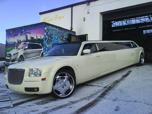 Chrysler 3000 Limo. Chrysler 300c Limo - Royal