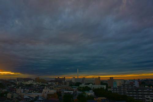 夕暮れに重たい空が降りてきた