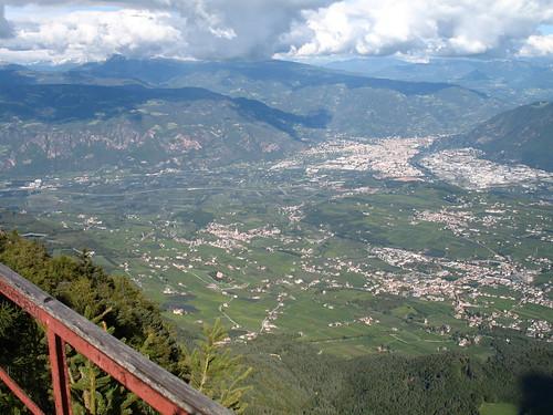 Blick vom Aussichtsturm auf das Gemeindegebiet von Eppan und die Stadt Bozen im Hintergrund