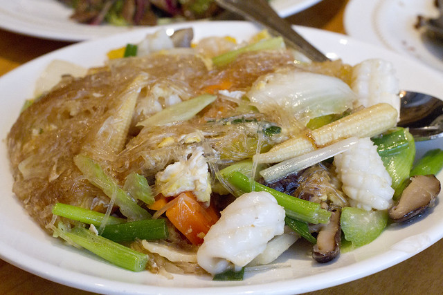 Pad woon sen (glass noodles with squid)
