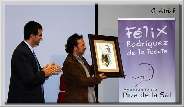 3 Iker mostrando el cuadro con el que le han obsequiado