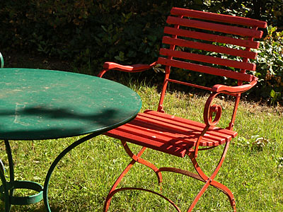 chaise et table au jardin.jpg