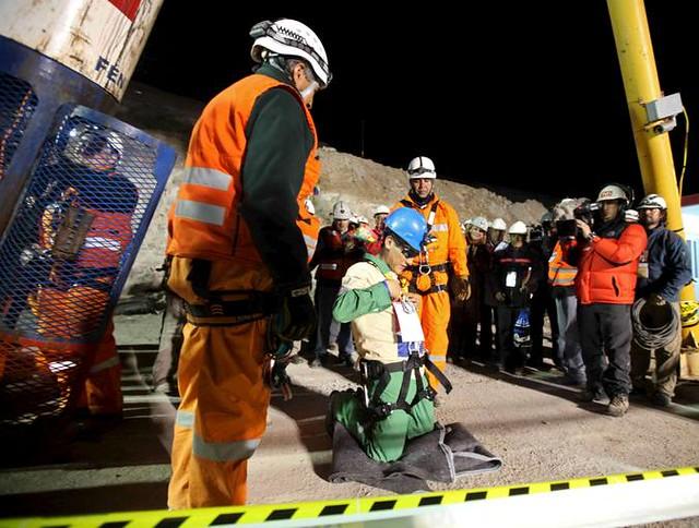 33 mineros Carlos Mamani arrodillado