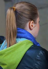 coda inzuppata nel cappuccio (g_u) Tags: people girl florence gente persone firenze gu ugo turisti coda ragazza piazzaledegliuffizi sfottosafari 24102010