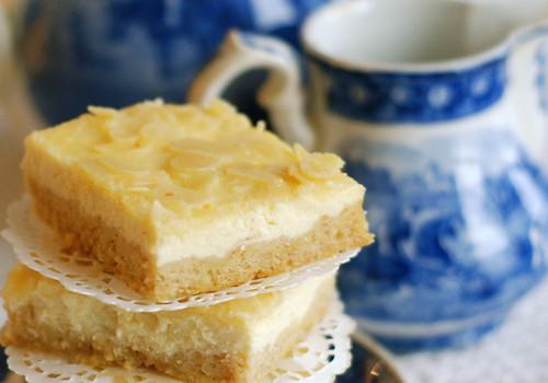 kohupiima-plaadikook, mandlikattega/curd cheese tray cake