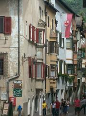 Il nucleo storico di Chiusa (Bolzano): via Città Bassa, via Città Alta (Valerio_D) Tags: italy tirol italia soe altoadige tirolo borghi chiusa klausen trentinoaltoadige abigfave 2010estate ruby10 ruby15