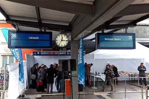 Die Zielanzeiger verkünden »Loktaufe Bahnland Bayern«