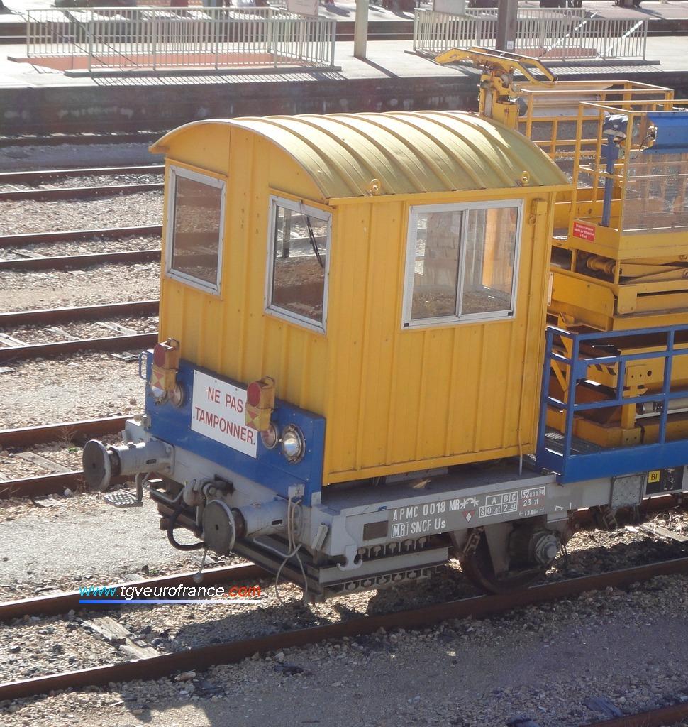 Vue de la cabine de l'automoteur APMC 18 de l'ELOG SNCF de Marseille