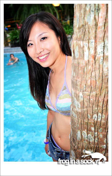 80s song pool girl en bikini