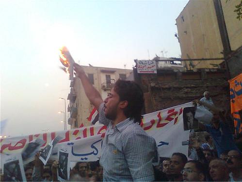 حرق صورة جمال مبارك في وقفة عابدين