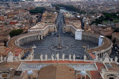 intrarea principala in Vatican vazuta de pe acoperisul bazilicii Sfantul Petru