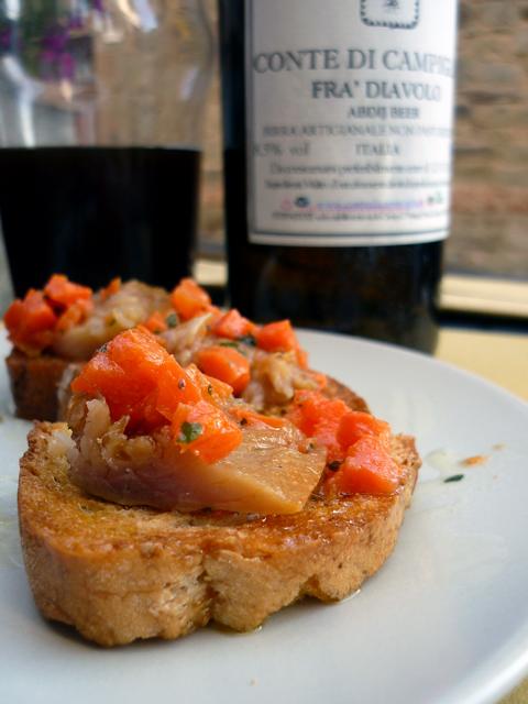 crostini d'acciughe affumicate e carote trifolate {Microbirrificio Conte di Campiglia}