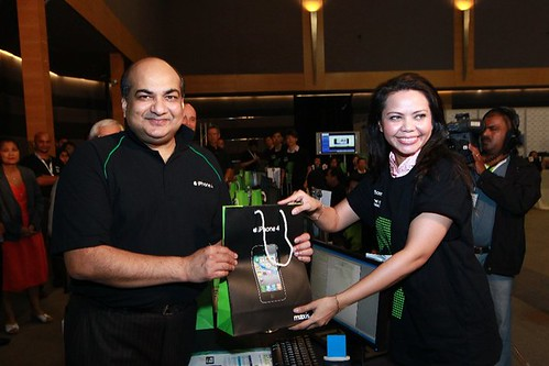 The FIRST Maxis iPhone 4 Customer