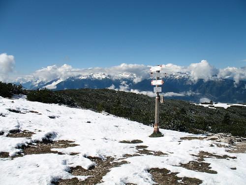 Blick vom verschneiten Gipfel in Richtung Brentagruppe im Trentino