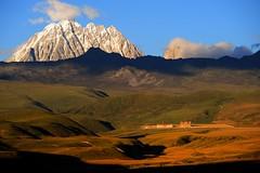 Lhagang graslands and the sacred Mount Zhara Lhatse 5820m, Tibet (reurinkjan) Tags: nature prayerflag lungta mywinners tibetanlandscape     janreurink ommanipemehung tibetanplateaubtogang kham buddhism tibet sacredmountainsoftibet dardocounty zharalhatse5820m19094ft lhaganggompa minyaglhagangyongdzograbgilhakangtongdrolsamdribling chortenmchodrten nyingmapasherda prayerflagsonstaff lhagang 2010