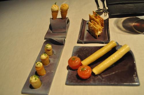 """Cornete de Palomitas de maíz Bocata de calamares Patatas Bravas al estilo """"Arola"""" Bombones de tomate rellenos de huevas de trucha y wasabi Rulos de nougat de pipas rellenos de queso de cabra"""