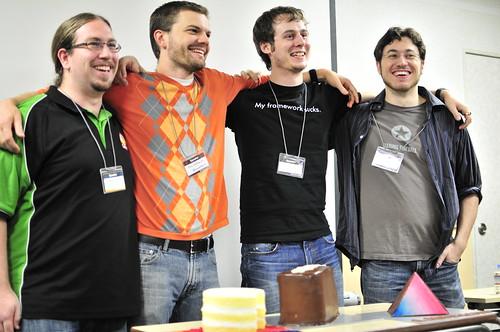ケーキを前に各フレームワークの開発者