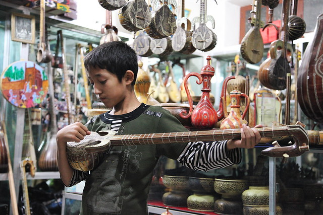 カシュガル旧市街の民族楽器店にて