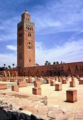 Neuf sicles nous contemplent (Guill@um) Tags: africa film 2004 northafrica mosque slidefilm morocco maroc marocco marrakech marruecos marokko argentique koutoubia afrique diapositive mosque canoneos50e    almohades  35mmfilmcamera  inversible afriquenunord