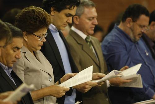 Dilma Rousseff durante missa em Aparecida