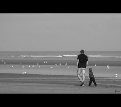 Daddy , daddy .... pleeeaase .... catch one for me ...... ? (*Lie ... on & off ... !) Tags: seaside nikon belgium zee westvlaanderen lie oostduinkerke 18200mm d90 vlaamsewestkust
