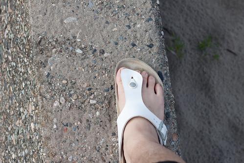 堤防の上を歩く
