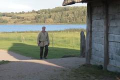 Reinhard Erichsen vom Wikinger Museum Haithabu und ein Runenstein - Museumsfreifläche Wikinger Museum Haithabu WHH 18-09-2010
