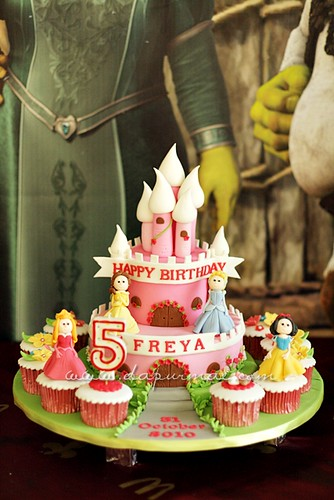 Disney Princess Birthday Cake & Cupcakes