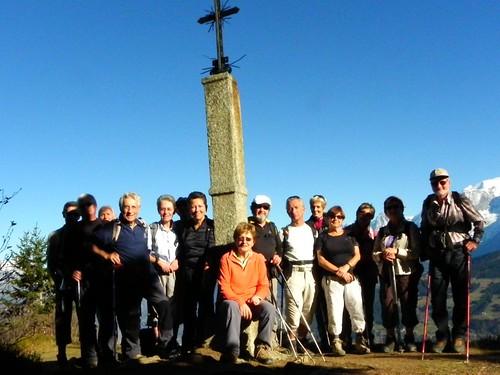 Photo de famille au pied de la croix de Salles