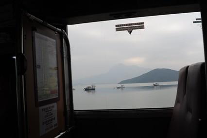 車窓からは吐露港(Tolo Harbour)越しに馬鞍山(Ma On Shan)が望めた