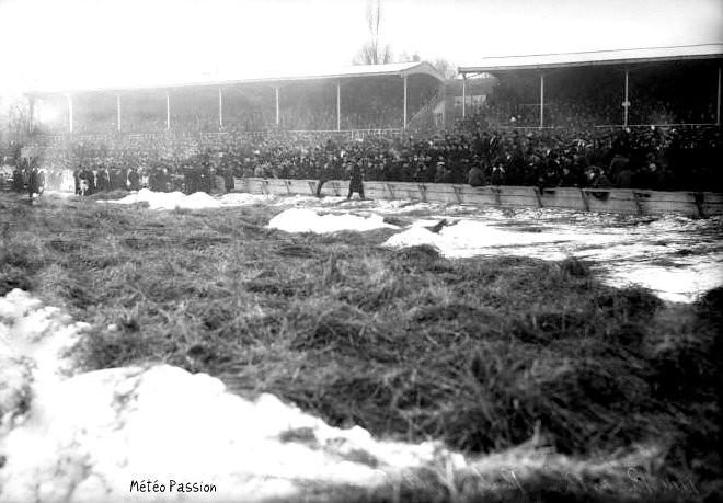 match de Rugby France Irlandes au Parc des Princes le 1er janvier 1914, sur un terrain déneigé et paillée