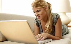 Chica revisando Facebook en su portatil