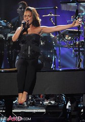 Alicia Keys (all female barefoot musicians) Tags: feet nude stage nackt barefoot fsse bhne barfuss sngerin