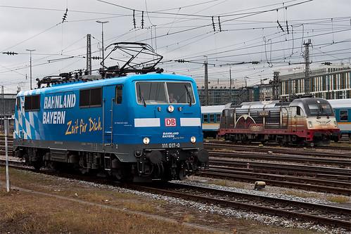 Zweimal Jubiläumslok: 111 017 für das Bahnland Bayern und 183 001 des Alex im »Adler-Design«