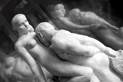 L'Amore è, si riflette, si moltiplica. (Xelisabetta) Tags: paris statue canon gonzales baci muséerodin riflessi amore rodin elisabetta 50d xelisabetta