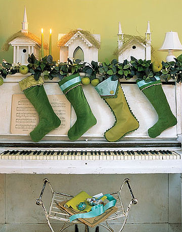 Country-Living-stockings-piano-de