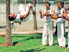 capoeira (Edison Zanatto) Tags: brazil southamerica braslia brasil nikon capoeira berimbau salto esporte nikonn90s americadosul centrooeste fujicolorprovalue200 filme35mm regiocentrooeste continentesulamericano edisonzanatto