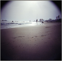 Strandläufer (Ulla M.) Tags: holga meer strand beach vignette monstervignette analog 6x6 mittelformat canoscan8800f cholakli gegenlicht backlight fusabdrücke footprints toycamera 120 freihand umphotoart analogue film filmschooter analogphotography filmphotography filmshooter