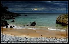 tormenta en el cantabrico II (elementoneutro) Tags: david canon eos playa nubes tormenta gonzalez rocas cantabria cantabrico noja flickraward arnaiz elementoneutro