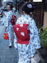 Bye! (love_child_kyoto) Tags: sunset summer woman japan japanese evening twilight kyoto walk maiko geiko yukata   kimono gion elegant  1001nights   rambling   hanamachi  geisya        olympus     pen microfourthirds  maikomamesome yukatakai   maikomamehana