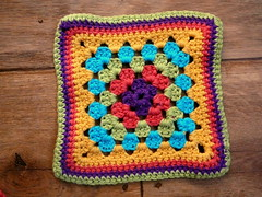 granny in th middle (Lindevrouwsweb) Tags: crochet grannysquare haken vierkantjes