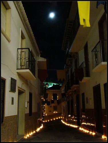 Calle con velas Guaro
