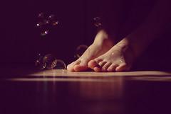 (Spazi angusti) Tags: light feet reflex soap shadows sony bubbles ombre explore modena anastasia frontpage piedi luce soapbubbles bolle bolledisapone sooc alpha100 spaziangusti