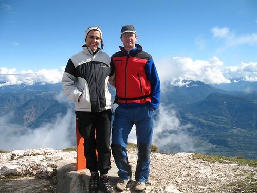 Der Gipfel des Roen (2.116m) mit Blick in die wolkenverhangenen Dolomiten