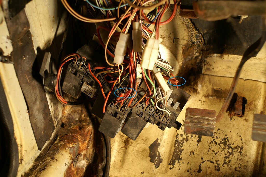 5042253312_5dbd97ace9_b vwvortex com fuse box and wiring questions Old Fuse Box at readyjetset.co